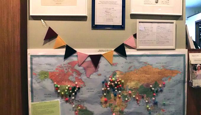 【写真】ロビーにある世界地図には、これまでの患者さんの出身国が示されています